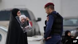 Bahreyn'deki protestolarda el-Nimr'in resmini taşıyan bir gösterici