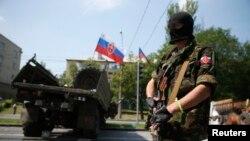 El presidente Oleksander Turchinov dijo que terroristas con misiles antiaéreos rusos derribaron un helicóptero cerca de Slaviansk.