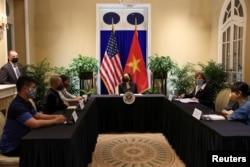 Wakil Presiden AS Kamala Harris bertemu dengan para pembuat kebijakan untuk hak-hak LGBT, transgender, dan disabilitas serta perubahan iklim, di kediaman Kepala Misi AS di Hanoi, Vietnam, 26 Agustus 2021.