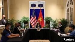 Phó Tổng thống Kamala Harris gặp các đại diện xã hội dân sự ở Việt Nam, trong đó có người hoạt động về biến đổi khí hậu.