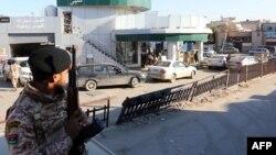Tentara Libya melakukan patroli di sekitar pom bensin di Tripoli (foto: dok). Pertempuran meletus pekan lalu antara kelompok bersenjata dari Tripoli melawan kelompok milisi lainnya.