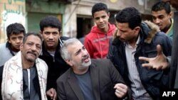 Şadit Suriye'de halkla sohbet ederken