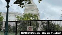 Pagar keamanan terlihat di dekat Gedung Capitol menjelang unjuk rasa pada Sabtu untuk mendukung para terdakwa serangan Capitol pada 6 Januari. (Foto: Reuters/Michael Weekes)