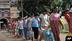 ພວກນັກໂທດ ພວມພາກັນຍ່າງອອກຈາກຄຸກ Insein ຫຼັງຈາກໄດ້ຖືກປ່ອຍ ໃນການຜ່ອນຜັນໂທດ 1 ປີຂອງ ລັດຖະບານໃໝ່ (24 ພຶດສະພາ 2011)
