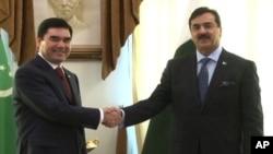 ترکمان صدر قربان گُلی پردی مخمدوف اور پاکستانی وزیر اعظم یوسف رضا گیلانی بات چیت سے قبل مصافحہ کرتے ہوئے۔