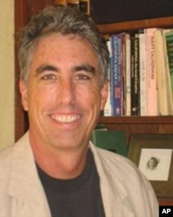 高等教育研究中心资深研究员道格拉斯