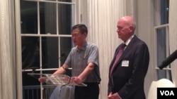 美国鹰派人物白邦瑞(Michael Pillsbury)帮中国军方鹰派人物刘明福(左)在家中举办《中国梦》英文版新书发布会。