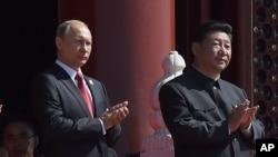 習近平(右)與普京(左)在北京的閱兵儀式上