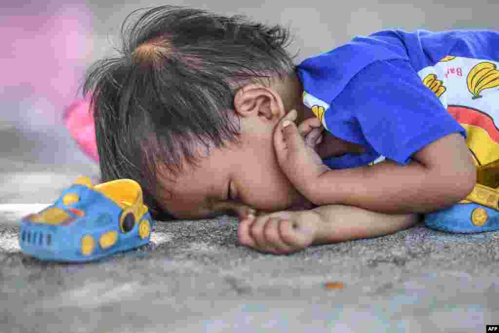 폭우와 쓰나미가 함께 휩쓸고 간 인도네시아 술라웨시의 임시캠프에서 어린 아이가 곤히 잠들어 있다.