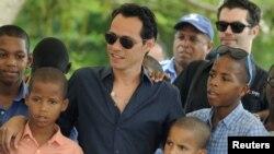 Marc Anthony con algunos de los niños beneficiados con su obra en República Dominicana.