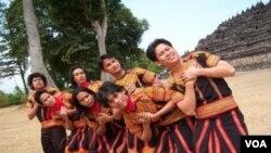 Beberapa penari memeragakan tari Saman di depan Candi Borobudur di Magelang, Jawa Tengah (foto: dok).