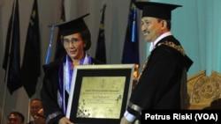 Menteri Kelautan dan Perikanan Susi Pudjiastuti menerima penghargaan gelar kehormatan Doktor Honoris Causa dari ITS Surabaya.