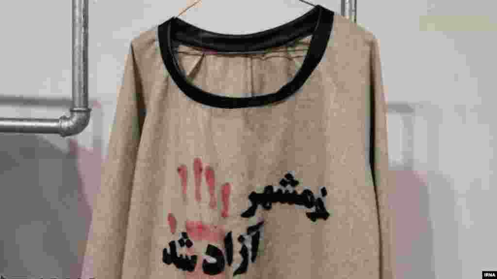 """در فرهنگسرای نیاوران تهران، نمایشگاه لباسی با موضوع """"دفاع مقدس"""" برگزار شده که در آن لباسهایی با هدف استفاده از المان ها و مفاهیم هشت سال جنگ عراق با ایران طراحی شده است. عکس از ابوالفضل عرب جوادی، ایرنا"""