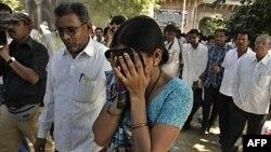 Người nhà của 1 trong những người theo Ấn giáo bị kết án suy sụp khi nghe phán quyết của tòa ở Mehsana, Ấn Độ, 9/11/2011