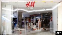 រូបឯកសារ៖ ហាងលក់សំលៀកបំពាក់ H&M ក្នុងទីក្រុង Johannesburg កាលពីថ្ងៃទី១៣ ខែមករា ឆ្នាំ២០១៨។ (រូបថត AFP)