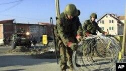 KFOR postavlja barikade na putu ka Prištini, 18. mart 2004. (arhiva)