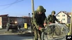 Anggota pasukan perdamaian membangun penghalang jalan menuju ibukota Kosovo, Pristina. (Foto: Dok)