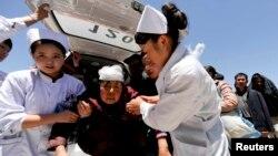 Las enfermeras ayudan a una mujer herida en su traslado al hospital en el condado de Dingxi, en la provincia de Gansu.
