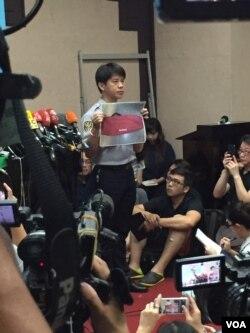 台湾警方展示在列车厕所内发现的嫌疑人背包图片(美国之音林枫拍摄)