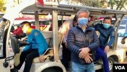 Du khách ở Hồ Hoàn Kiếm, Hà Nội, đeo khẩu trang phòng virus Corona, ngày 31/1/2020