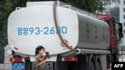 지난해 평양에서 연료를 실은 트럭이 주차돼 있다.