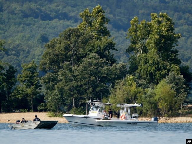 在密蘇里州布蘭森的桌石湖,緊急救援人員的船隻在遊船沉沒附近的水域巡邏。 (2018年7月20日)