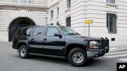 Chiếc xe được cho là chở nghi phạm Salah Abdeslam đi sau buổi thẩm vấn lần đầu tiên trước các thẩm phán Pháp ở tòa án tại Paris ngày 20/5/2016.