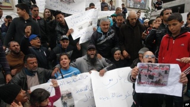Street vendors demonstrate against the government, Tunis, March 13, 2013.
