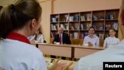 동방경제포럼 참석을 위해 블라디보스토크에 도착한 블라디미르 푸틴(가운데) 러시아 대통령이 1일 현지 학교를 방문해 학생들과 대화하고 있다.