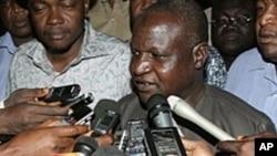 记者们围着尼日利亚劳工大会负责人(资料照片)