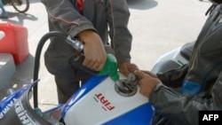 Un employé recharge une motocyclette avec du carburant dans une station-service le 16 septembre 2013 à Rabat.