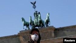 Учасник демонстрації у Берліні, де лунали вимоги, щоб уряд Німеччини прийняв біженців з таборів, де виявили коронавірус. 5 квітня 2020 р.