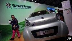 Chiếc xe E30 EV, loại xe hơi nhỏ chạy bằng điện của xí nghiệp quốc doanh sản xuất xe hơi Dongfeng Motor Co., 5/11/13