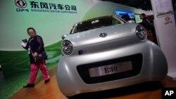 E30 EV, mobil listrik kecil buatan perusahaan pemerintah China Dongfeng Motor Co., dipamerkan di China International Industry Fair di Shanghai (5/11).