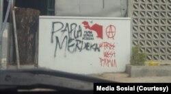 Grafiti di salah satu sudut di Solo terkait kemerdekaan Papua, sebelum dihapus pemkot Solo dan warga.(Foto: media sosial)