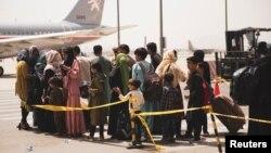 Người dân xếp hàng chờ sơ tán tại phi trường quốc tế Hamid Karzai ở Kabul vào ngày 18/8/2021.