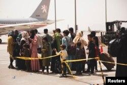 Warga sipil bersiap naik pesawat saat evakuasi di Bandara Internasional Hamid Karzai, Kabul, Afghanistan,18 Agustus 2021. (Foto: via Reuters)