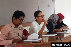 Tim pendamping Agni menjelaskan proses penyelesaian non-litigasi di kantor Rifka Annisa, Rabu, 6 Februari 2019. (Foto:VOA/Nurhadi)