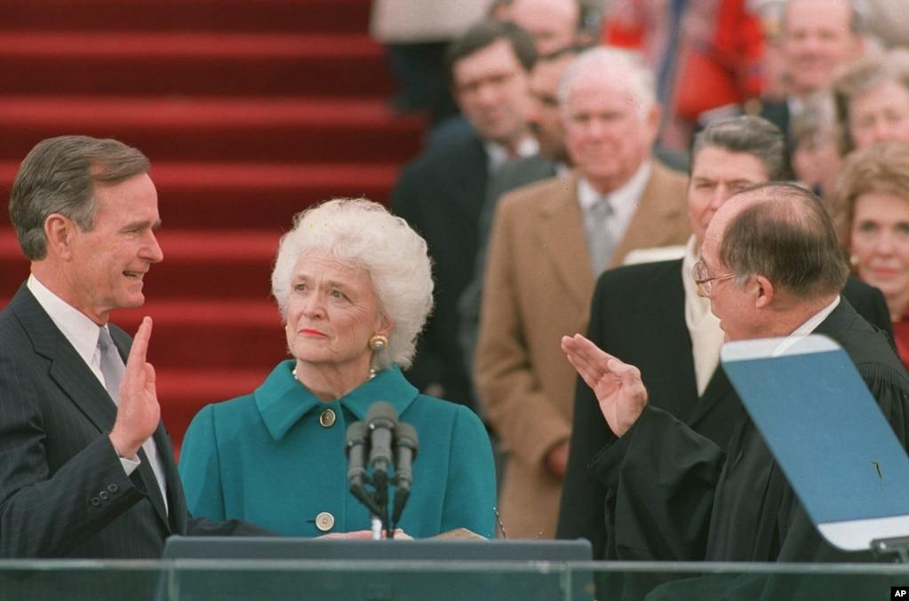 喬治·布什在1989年1月20日宣誓就任美國總統。 芭芭拉·布什和前總統裡根和夫人在場。