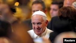 Paus Fransiskus usai audiensi dengan atlet-atlet Italia di Basilikus Santo Petrus di Vatikan (19/12).