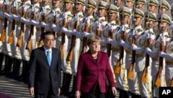 2015年10月29日德国总理默克尔应邀访问中国,在欢迎仪式上由中国国务院总理李克强陪同检阅三军仪仗队。
