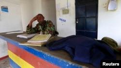 Polisi di Gamba, Kenya, menyusul serangan maut oleh kawanan pria bersenjata, Juli 2014.