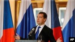 ប្រធានាធិបតីរុស្ស៊ី លោក Dmitry Medvedev ថ្លែងនៅក្នុងសន្និសីទព័ត៌មានមួយនៅវិមានប្រាក (Prague Castle) សាធារណដ្ឋឆែក កាលពីថ្ងៃទី០៨ ខែធ្នូ ឆ្នាំ ២០១១ កន្លងទៅនេះ។