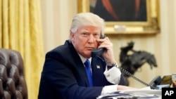 Predsednik SAD Donald Tramp razgovara telefonom sa premijerom Australije Malkolmom Turnbulom