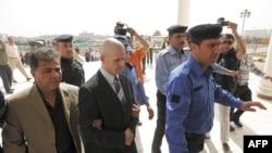 Cảnh sát Iraq áp tải bị can người Anh Danny Fitzsimons đến một tòa án ở Baghdad, ngày 28/2/2011