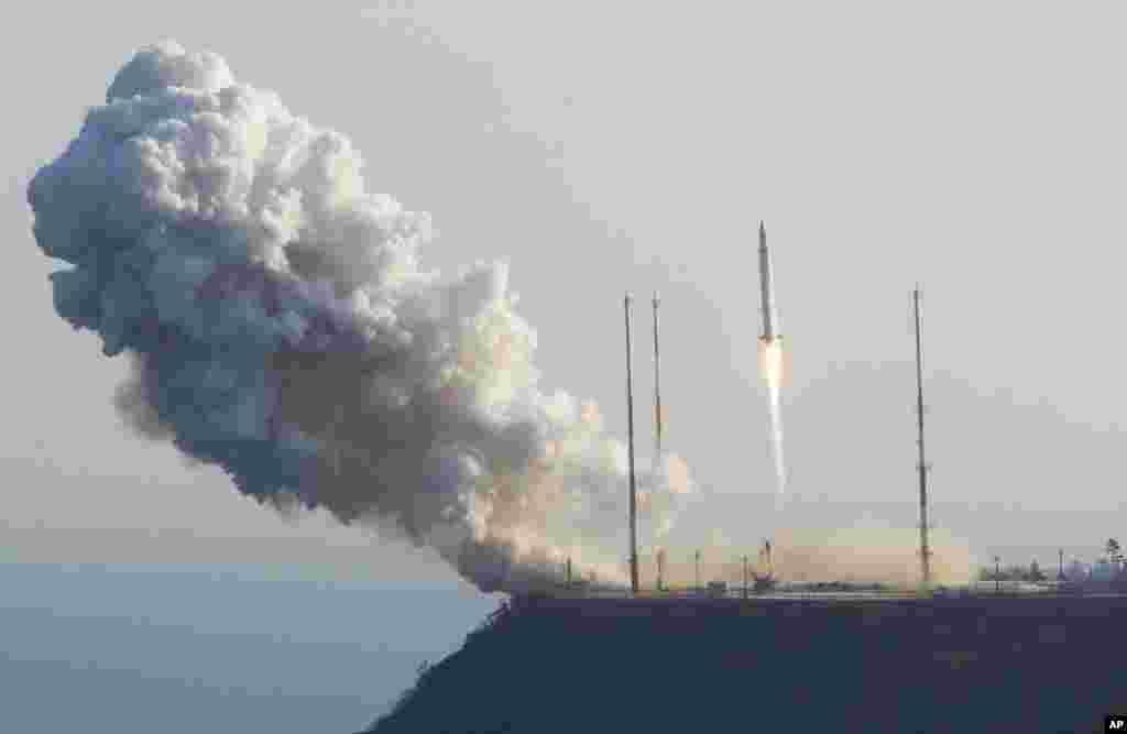 30일 한국 전남 고흥군 외나로도 나로우주센터의 나로호 발사 장면.