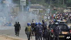 Polisi wa Ivory Coast wanaomtii Rais Laurent Gbagbo wakikabiliana na wafuasi wa Alassane Ouattara