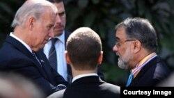 Ahmad Rashid, o'ngdan, AQSh vitse-prezidenti Jo Bayden va uning maslahatchilari bilan suhbatda...