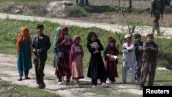Trẻ em Afghanistan cầm quyển kinh Koran khi đến madrasa (trường tôn giáo) ở tỉnh Baghlan, Afghanistan, ngày 15 tháng 3 năm 2016.