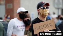 Učesnici protesta zbog smrti Džordža Flojda u Mineapolisu (Foto: REUTERS/Eric Miller)
